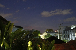 Vakara debesis no balkona