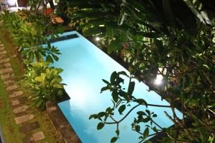 skats uz baseinu no balkona