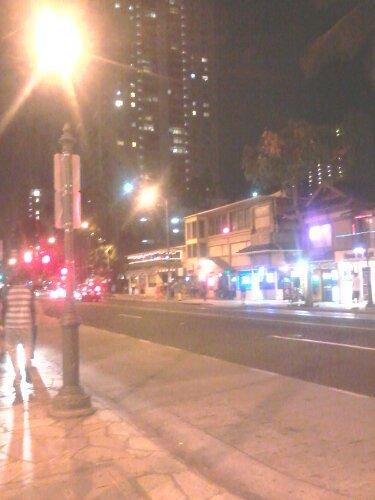 Waikiki iela sestdienas vakarā