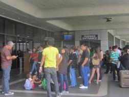 Filipīnieši pie lidostas ieejas